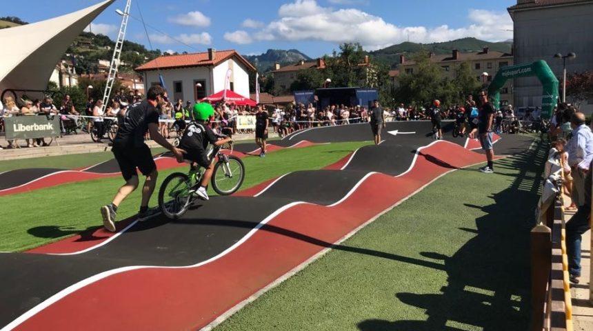 Primer circuito de bicicleta de montaña para niños realizado con pavimento COMPOSAN