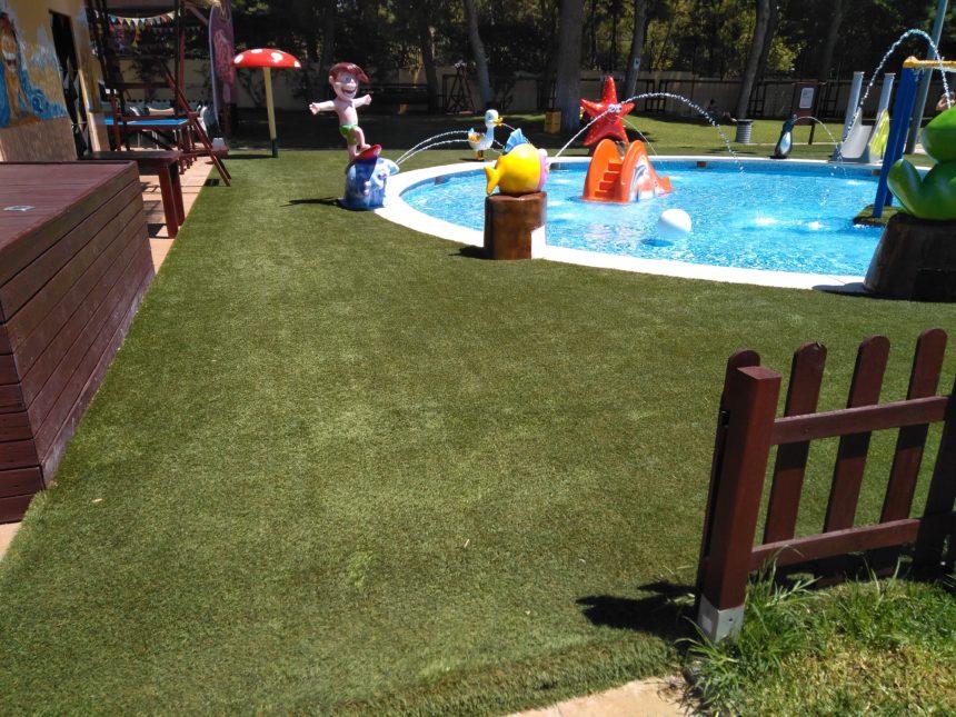 ¡Césped artificial y agua, la combinación perfecta del verano!