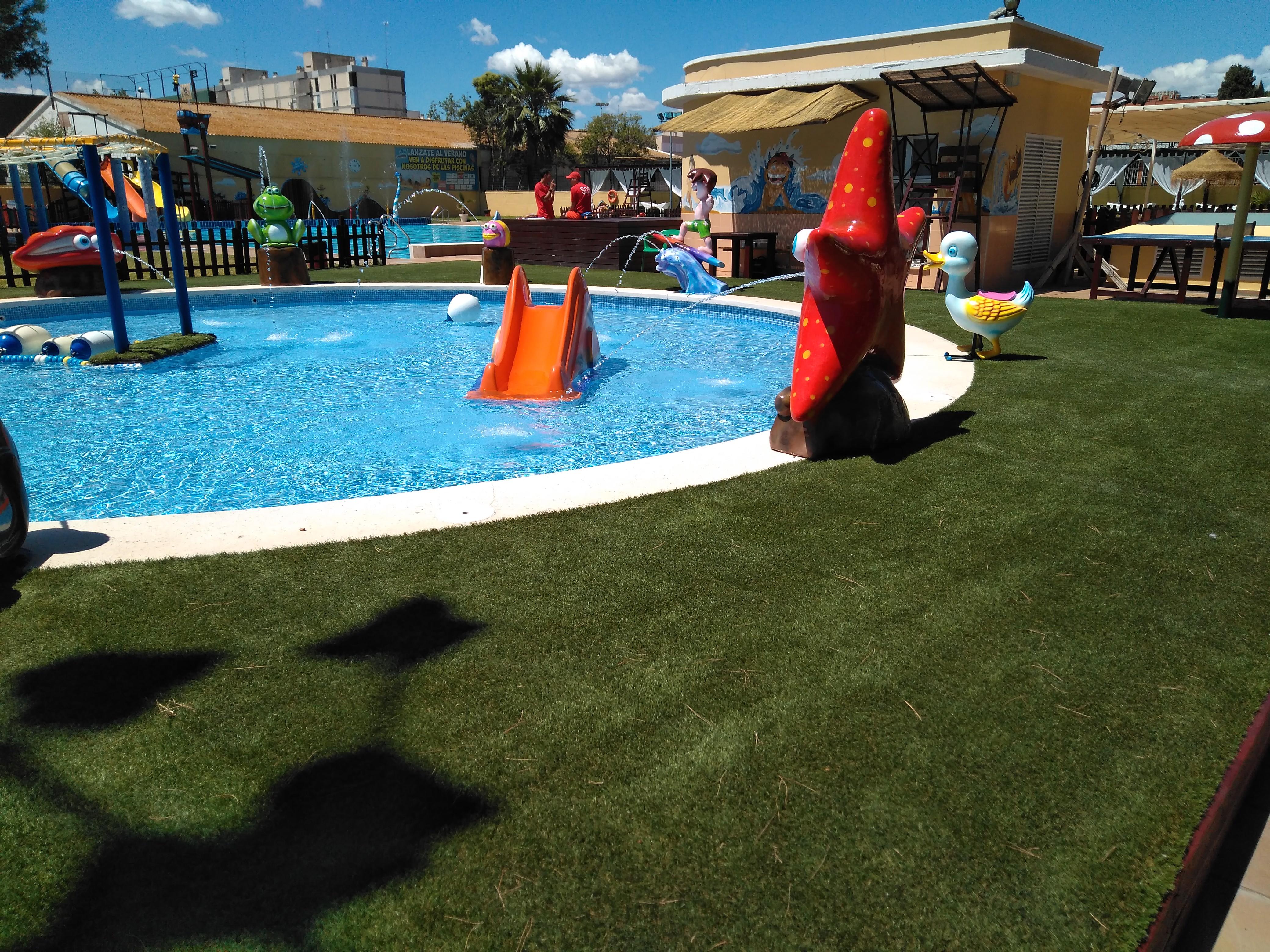 Cesped artificial COMPOSAN en piscina Parque Oeste en Valencia